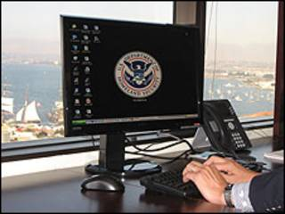 Edward Mafong escribe en su computadora