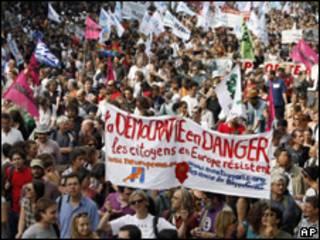 Milhares foram a atos em Paris e outras 130 cidades na França