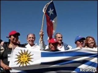 Sobreviventes de acidente aéreo visitam mineiros presos no Chile