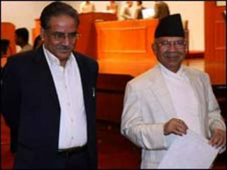 प्रधानमन्त्री माधव नेपाल (दायां) र माओवादी नेता प्रचण्ड (बायां)