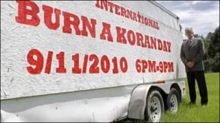 """Пастор Терри Джонс и плакат """"Международный день сжигания Корана"""""""