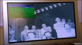 Чилийские шахтеры смотрят футбол