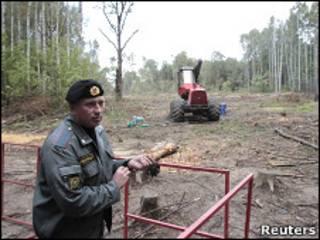 Милиционер охраняет место вырубки Химкинского леса