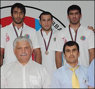 طهماسبی - ردیف بالا، نفر اول از سمت چپ - در تیم ملی آذربایجان