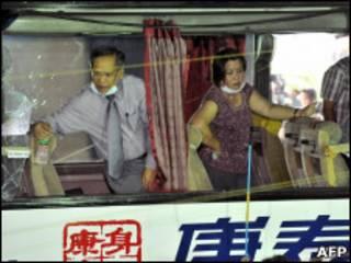 Следователи осматривают пострадавший автобус