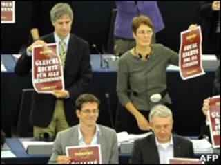 """Члены Европаламента держат таблички с надписью """"Равные права для всех"""""""