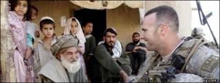 Un soldado estadounidense conversa con un anciano en Afganistán.