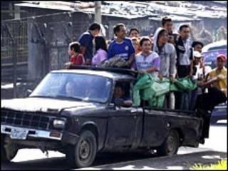 Com a paralisação, camionetes particulares fizeram as vezes de ônibus