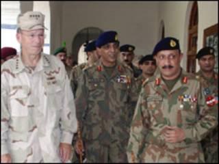 مایک مولن (چپ) و ژنرال اشفق کیانی، رئیس ستاد مشترک ارتش پاکستان (وسط)
