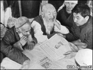 Агитация стариков на выборы в Казахской ССР. Фото РИА Новости