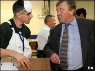 Министр юстиции общается с заключенным