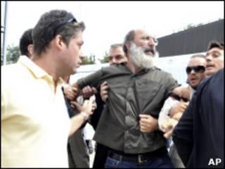 Policías vestido de civil arrestan a un hombre