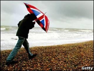 Одинокий турист на побережье Британии
