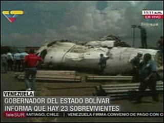 Imagem de TV venezuelana mostra avião acidentado no país