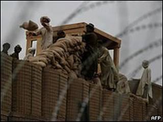 Afganos trabajan en las obras de una base de EE.UU. en Kandahar (Archivo).