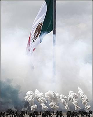 Disparo de cañones en México en un acto por el Bicentenario