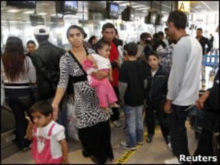 Família roma em aeroporto de Marselha (Foto: Reuters)