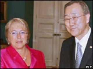 Bachelet e Ban Ki-moon em março de 2010 (Foto: AFP)