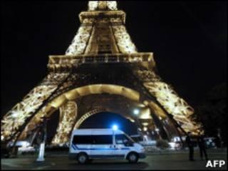 Полиция у Эйфелевой башни