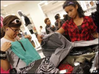 Jóvenes en una tienda de ropa.