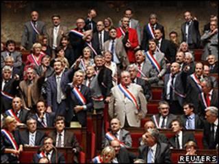 Deputados socialistas durante sessão tumultuada em Paris