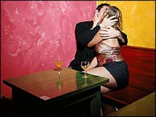 Una pareja se besa