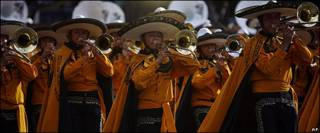 Mariachis participan en el desfile en Ciudad de México