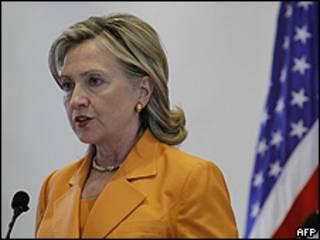 Hillary Clinton no aeroporto de Amã, Jordânia (AFP/Getty)