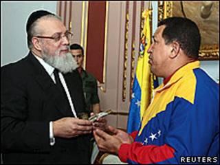 El rabino Isaac Cohen junto al presidente de Venezuela Hugo Chávez