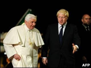 O O papa bento 16 e o prefeito de Londres, Boris Johnson/AFP