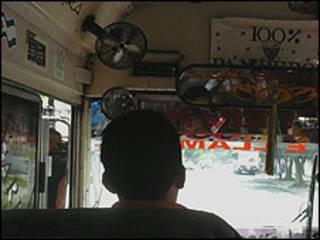 Conductor de autobús en El Salvador