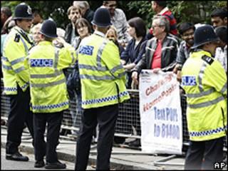 Policiais de Londres fazem segurança em Twickenham, subúrbio de Londres visitado por Bento 16