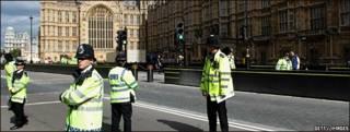 Agentes de policía vigilan las cercanías del palacio de Westminster