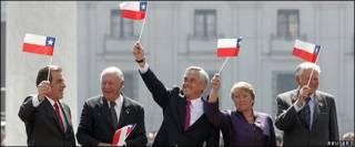 El presidente de Chile, Sebastián Piñera, acompañado de los ex presidentes.