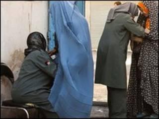 بازرسی رای دهندگان در افغانستان