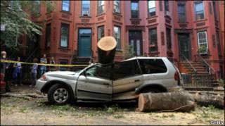 раздавленная торнадо автомашина в Нью-Йорке
