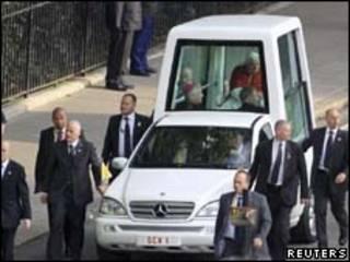 Pontífice usa papamóvel em rua de Londres (Reuters, 17 de setembro de 2010)