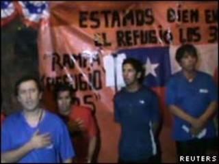 Mineiros presos cantam hino chileno neste sábado (Reuters)