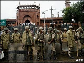 印度德里賈瑪清真寺三號閘門外大批警員駐守(19/9/2010)