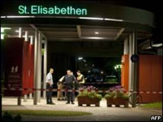 Policiais isolam hospital St. Elisabethen, em Loerrach, Alemanha, neste domingo (AFP, 19 de setembro)