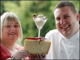 Rachel Lowther, criadora do sorvete, posa com o dono do restaurante, Dermot Regan. Foto: Paul Moane/Divulgação