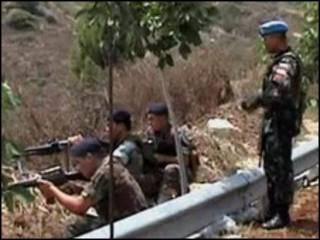 نیروهای لبنانی و یک صلحبان سازمان ملل (ایستاده)
