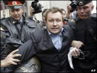 Московская милиция разгоняет участников гей-парада