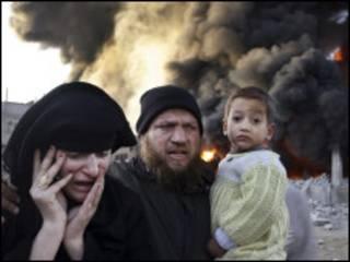 أسرة فلسطينية تهرب من القصف على غزة