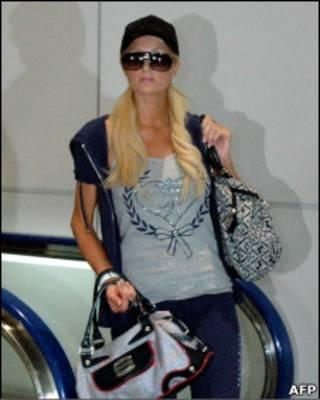 Пэрис Хилтон в аэропорту Токио