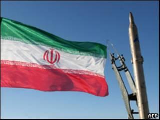 Иранский флаг на фоне ракеты
