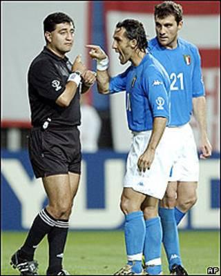 El jugador italiano Angelo Di Livio le protesta al árbitro Byron Moreno durante el partido entre Italia y Corea del Sur en el Mundial 2002