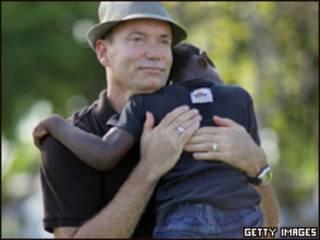 Frank Martin Gill con uno de los dos niños bajo su tutela