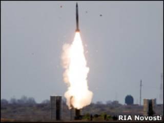 Пуск ракеты зенитно-ракетной системой С-300