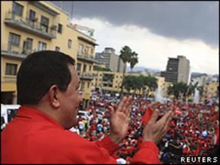 Chávez durante comício em Caracas (Reuters)